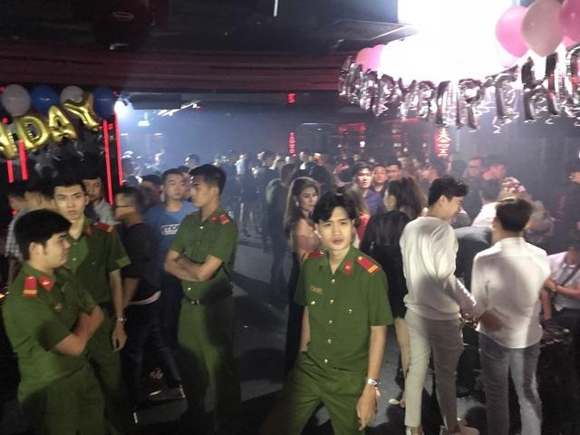 Lực lượng chức năng tiến hành kiểm tra quán bar Kasho