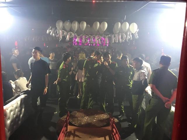 """Cảnh sát """"đột kích"""" quán bar trung tâm Sài Gòn, 200 dân chơi nhốn nháo - 1"""