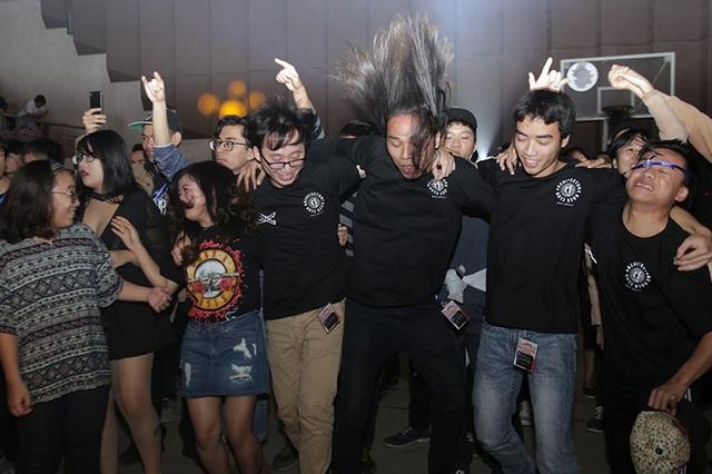 """Các bạn sinh viên đã tham gia và cháy hết mình trong """"cơn bão rock""""."""