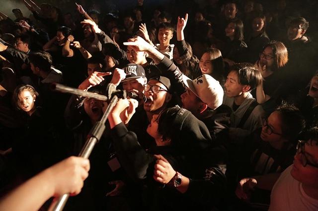 Ban nhạc Savage Monkey có các thành viên là sinh viên của ĐH Kiến trúc, bởi vậy rất nhiều khán giả thuộc các sáng tác của họ