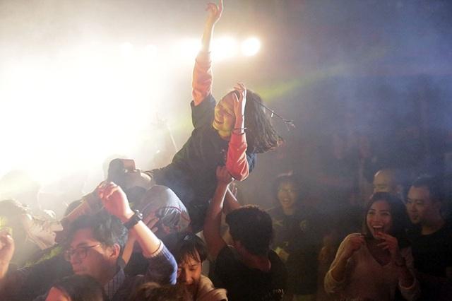 Trong buổi tối thứ bảy se lạnh, bầu không khí tại sân khấu Rockfire vẫn rất nóng bởi sự cuồng nhiệt của các khán giả