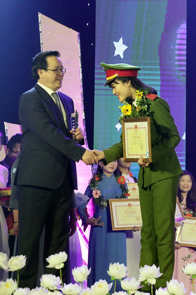 Kiều Trang tại lễ Tuyên dương Sinh viên 5 tốt cấp Trung ương tối 7/1/2018.