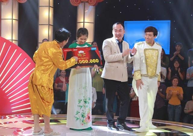 Sau cùng, hai nam danh hài phấn khích lên sân khấu trao tặng giải thưởng 100 triệu đồng cho cô thí sinh. Có lẽ chính sự ngây ngô, chân thật của Hoàng Kim đã hoàn toàn chinh phục được tình cảm của cả 2 giám khảo. Như vậy, Kim Hoàng cũng giành được một suất tham gia vào vòng Gala của thách thức danh hài mùa 4.