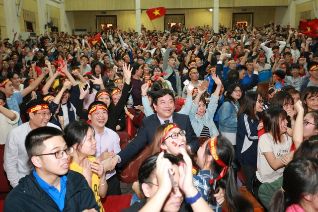 """Chiến thắng U23 Việt Nam: Sinh viên Kinh tế quốc dân """"quây"""" hiệu trưởng ăn mừng - 2"""