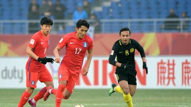 U23 Malaysia (đen) dù rất nỗ lực nhưng vẫn phải dừng bước ở tứ kết