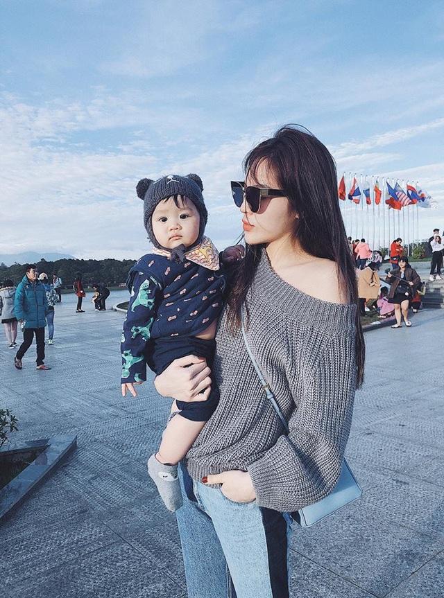 """Hoa hậu Kỳ Duyên đang có mặt tại Phú Quốc cùng cả gia đình. Chia sẻ hình ảnh vui vẻ bên cháu gái, cô viết: """"Bia và cô Duyên chúc cả nhà năm mới zui zẻ""""."""