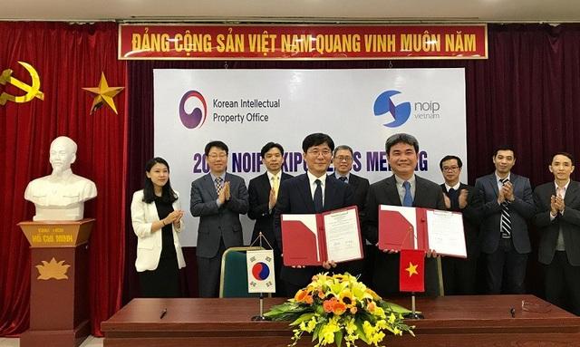 Ông Đinh Hữu Phí, Cục trưởng Cục SHTT và ông Sung Yunmo, Chủ tịch KIPO ký Kế hoạch hợp tác năm 2018 giữa hai Cơ quan.