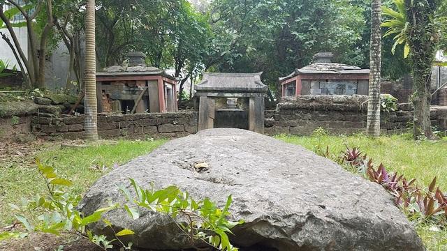 Lăng mộ quận công Phạm Mẫn Trực ở thôn 4, xã Lại Yên (Hoài Đức, Hà Nội) được xây dựng từ năm 1713. Sử ghi lại vào thế kỷ XVII, cụ Phạm Mẫn Trực là người có công với đất nước và nhân dân, sau khi qua đời được vua cho xây lăng đá tại quê nhà để con cháu và nhân dân thờ cúng. Căn cứ vào những chứng tích còn lưu lại trên đá và nghệ thuật cấu trúc thì lăng được xây vào thời Lê. Do biến động của thời gian, lăng đá đã xuống cấp nghiêm trọng.