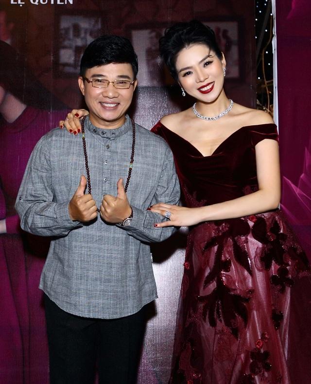 Nam ca sĩ Quang Linh hiếm hoi xuất hiện trong các sự kiện cũng có mặt để chúc mừng Lệ Quyên.