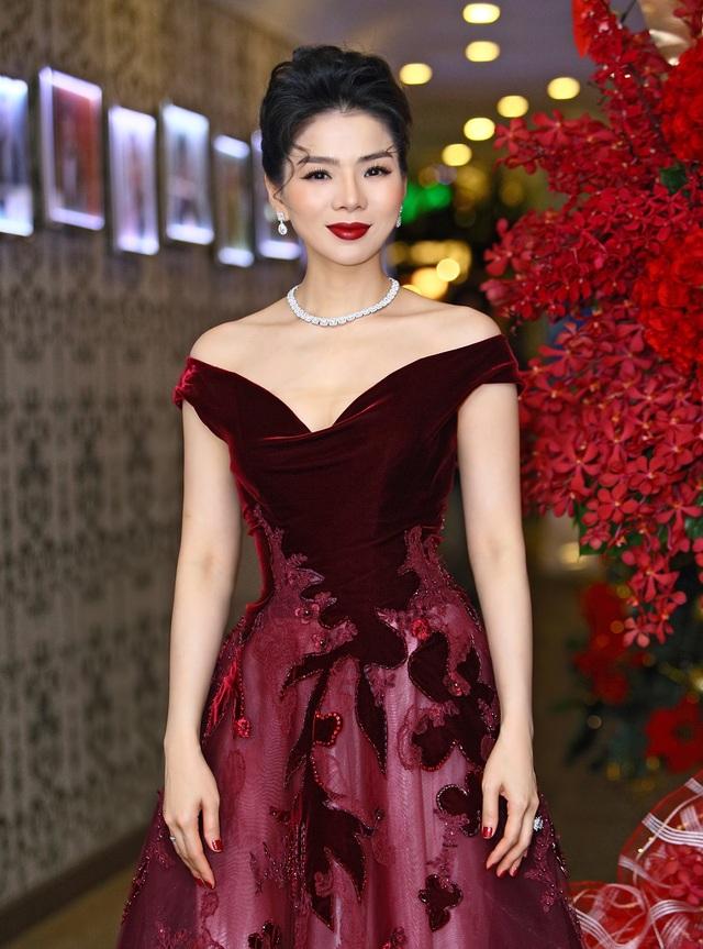 Nữ ca sĩ xuất hiện trong trang phục sang trọng, phong cách trang điểm như một quý bà