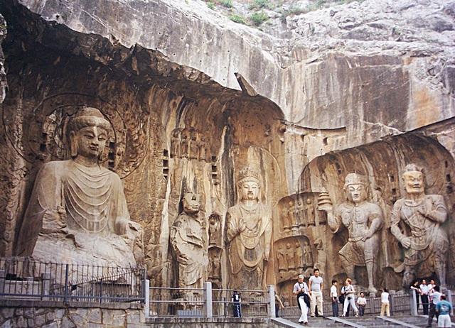 Hang đá chứa hơn 100.000 pho tượng Phật - 1