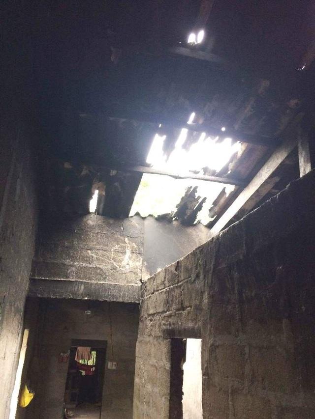 Những vách tường bờ lô chưa tô trát bị nám đen bởi khói và trần nhà bằng fibro-ximăng đã vỡ toang hoác sau vụ cháy