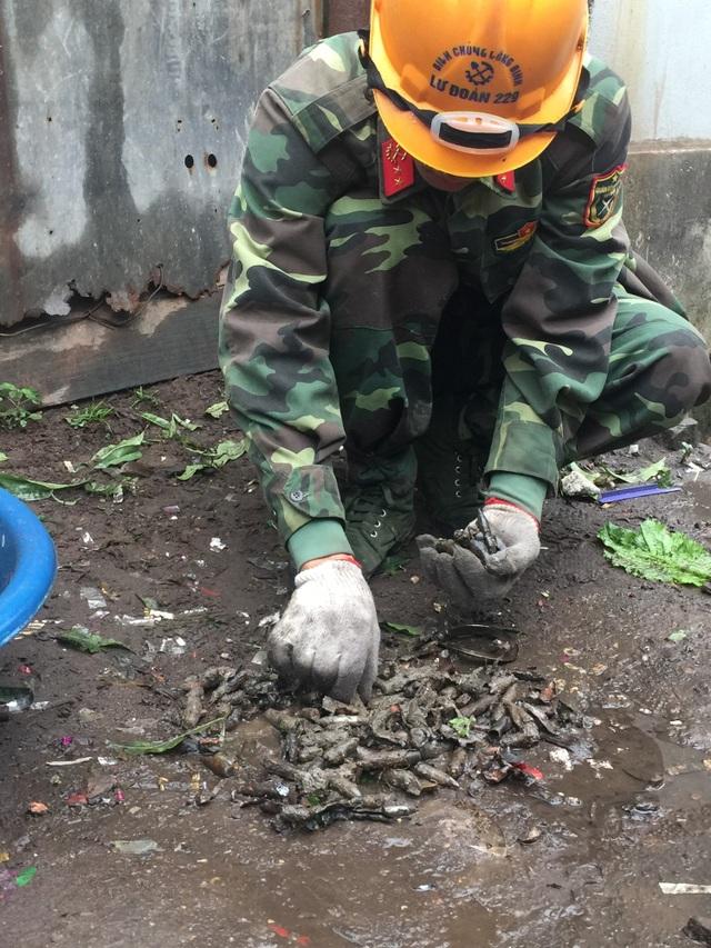 Lực lượng công binh thu nhặt những đầu đạn sau vụ nổ