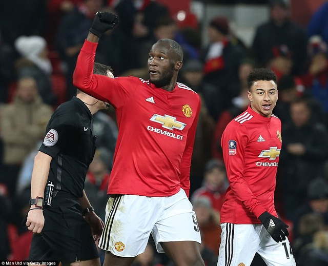 Lukaku (giữa) ấn định chiến thắng 2-0 cho MU