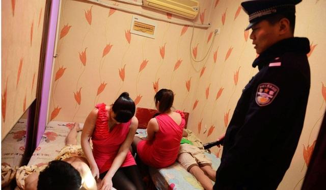 Cảnh sát tuần tra kiểm soát hoạt động mại dâm ở 1 phòng xông hơi Trung Quốc. (Ảnh minh họa: AFP)
