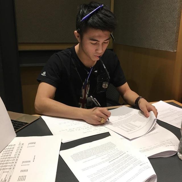 Hình ảnh Mario Ho ôn tập chăm chỉ trước kì thi.