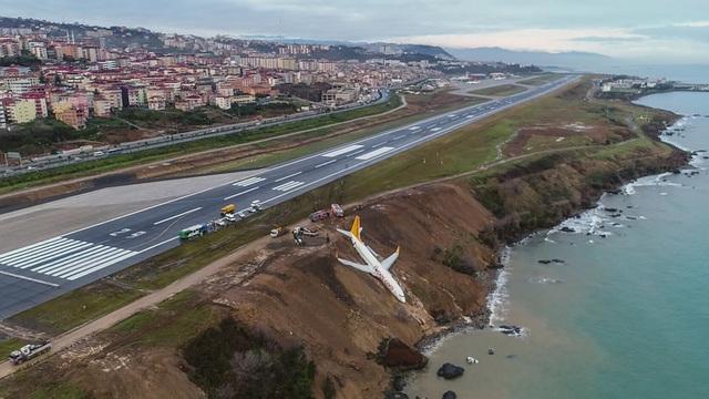 Chiếc máy bay mấp mé bờ vực sau khi trượt khỏi đường băng. (Ảnh: RT)