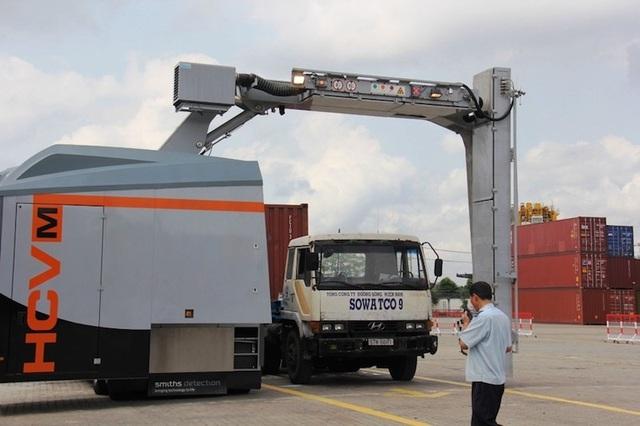 Máy soi chiếu container hàng hóa đang làm việc tại các cảng.