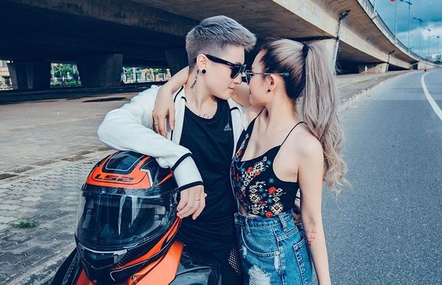 Lin Jay (tên thật là Lê Thảo Linh) sinh năm 1994 và là gương mặt có tiếng trong cộng đồng LGBT Việt. Lin Jay từng được nhiều trang tin Thái Lan khen ngợi vì ngoại hình tomboy. Hiện Lin Jay làm DJ và chủ một shop bán hàng online. Cặp đôi sở hữu một câu chuyện tình yêu ngọt ngào và được hâm mộ trong cộng đồng LGBT.