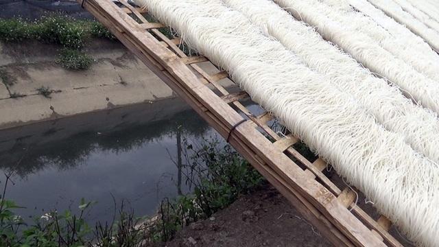 Miến được phơi ngay cạnh kênh nước ô nhiễm.