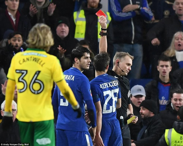 Chelsea chỉ còn 9 cầu thủ sau khi Morata nhận thẻ đỏ