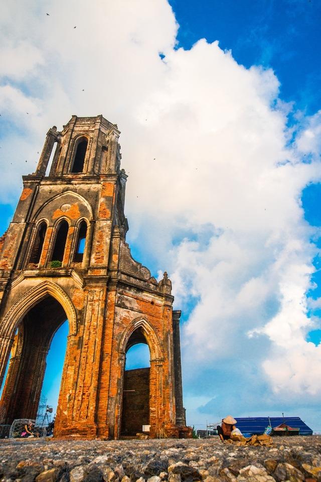 Cách nhà thờ đổ nổi tiếng ở Nam Định không xa là làng nghề làm muối Hải Lý.