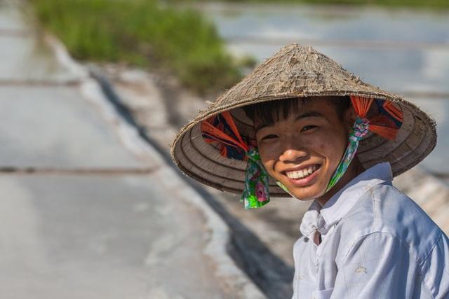 Một trong những diêm dân trẻ tuổi trên cánh đồng muối Hải Lý.
