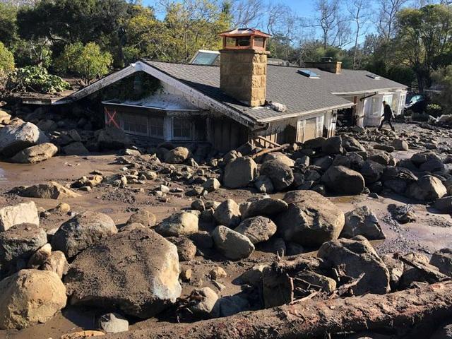 """Hai thi thể được tìm thấy sau khi 500 nhân viên cứu hộ sử dụng chó nghiệp vụ, trực thăng và các thiết bị ảnh nhiệt để tìm kiếm các nạn nhân trong """"dòng sông"""" bùn ngập ngang người."""