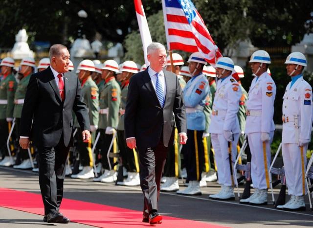 Bộ trưởng Quốc phòng Indonesia Ryamizard Ryacudu (trái) tiếp người đồng cấp Mỹ Jim Mattis tại trụ sở Bộ Quốc phòng Indonesia ở Jakarta ngày 23/1 (Ảnh: Reuters)