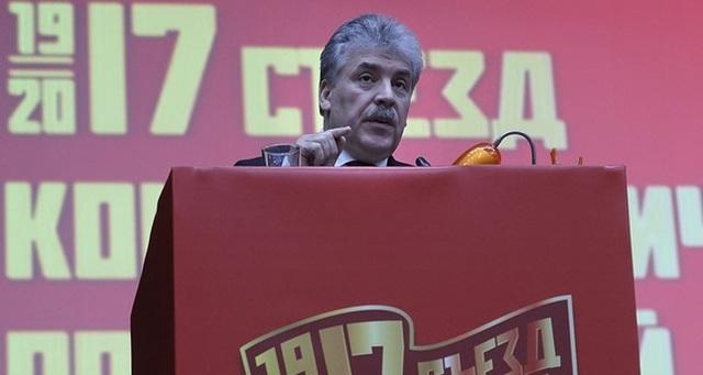 Ông Pavel Grudinin phát biểu tại hội nghị của đảng Cộng sản Nga tháng 12/2017 (Ảnh: EPA)