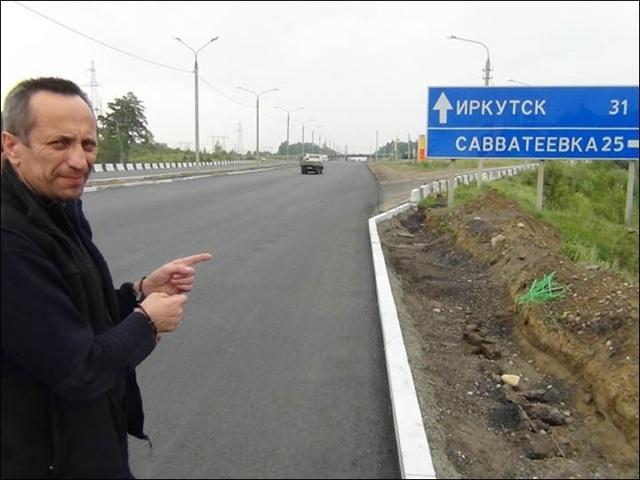 Popkov bị còng tay khi chỉ cho cảnh sát nơi hắn từng giết người ở Siberia (Ảnh: Siberian Times)