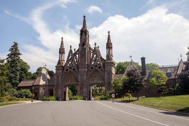 Vào cuối thế kỷ 19, đầu thế kỷ 20, Green-wood là lựa chọn hàng đầu cho tầng lớp thượng lưu ở New York, hoạt động trong các lĩnh vực kinh doanh, nghệ thuật, công nghiệp và chính trị. Rộng hơn 190 ha, được xây cất vào năm 1838, nơi đây trông giống một khu nghỉ dưỡng cao cấp hơn là nghĩa trang cho người đã khuất. Trong ảnh: Cổng vào Green-wood xây dựng theo kiến trúc tân cổ điển.