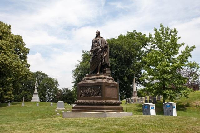 Một trong những ngôi mộ nổi tiếng nhất trong nghĩa trang thuộc về cố thống đốc bang New York và thượng nghị sĩ DeWitt Clinton. Mộ của ông đã được chuyển về nghĩa trang sau khi nó khánh thành. Người thành lập ra Green-Wood tin rằng nếu như những nhân vật thượng lưu biết được rằng đây là nơi an nghỉ của một nhân vật được kính trọng, họ sẽ tới đây nhiều hơn. Và kế hoạch này đã thành công.