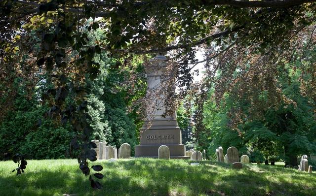 Nơi đây là lựa chọn hàng đầu cho những tỉ phú, doanh nhân, tài phiệt hàng đầu New York và nước Mỹ. Trong ảnh: phần mộ của William Colgate - người sáng lập công ty Colgate-Palmolive và Đại học Colgate.