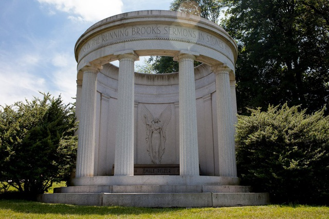 Phần mộ của Emile Pfizer, con trai của Charles Pfizer, người sáng lập một trong nhữngcông ty dược phẩm lớn nhất thế giới, Pfizer.