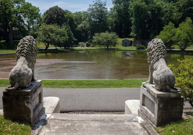 Nhiều phần mộ có sư tử và chó đá đặt trước cửa để canh gác cho chủ nhân yên giấc ngàn thu.