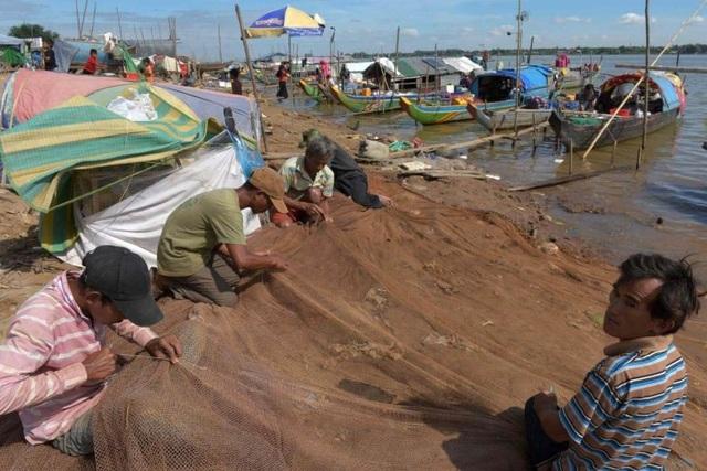 Ngư dân Campuchia đánh bắt thủy hải sản trên sông Mekong (Ảnh: AFP)