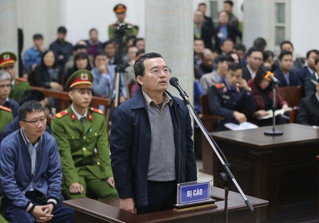 Bị cáo Nguyễn Quốc Khánh, nguyên Phó Tổng Giám đốc PVN trả lời Hội đồng xét xử tại phần kiểm tra căn cước. Ảnh: An Đăng - TTXVN