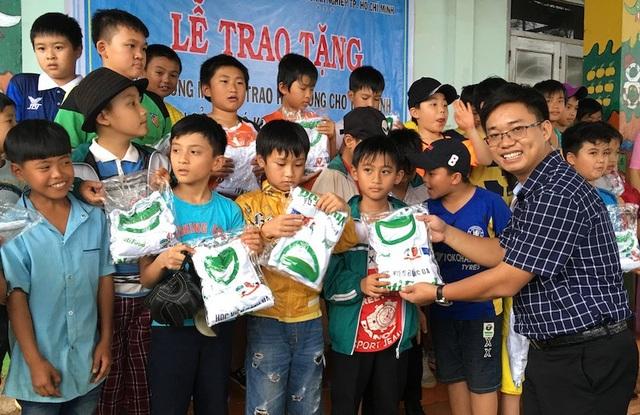 Nhà báo Ngô Công Quang, Phó Trưởng Cơ quan đại diện phía Nam, báo điện tử Dân trí trao quà cho các cháu học sinh