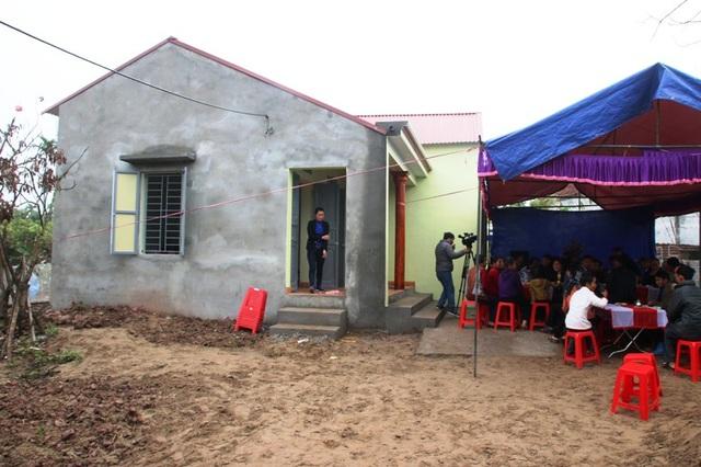 Sau gần 3 tháng xây dựng, nhà nhân ái do Quỹ Khuyến học Việt Nam, báo điện tử Dân trí và các nhà hảo tâm hỗ trợ cho gia đình bác Thịnh đã hoàn thành