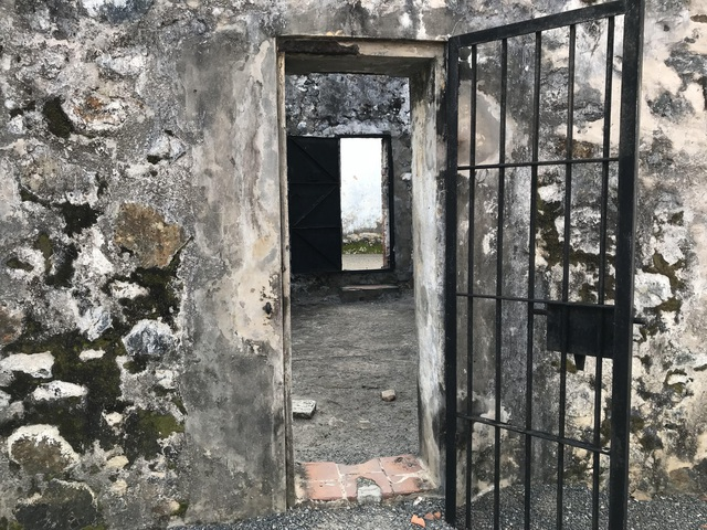Giữa khu chuồng cọp và nhà giam chỉ ngăn cách bằng cánh cửa nhỏ bị khóa và ngụy trang như cánh cửa đã không dùng lâu ngày. Trong hàng chục năm, bí ẩn khủng khiếp bị giấu kín đằng sau cánh cửa sắt này.