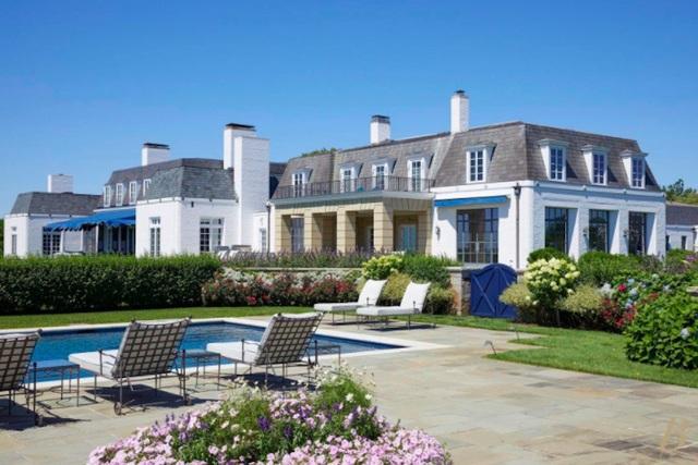 Ngôi biệt thự có một bể bơi riêng trong sân vườn. (Nguồn: BI)
