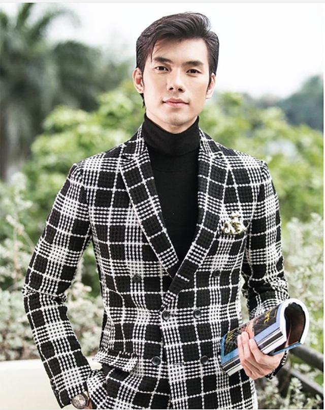 Trong danh sách còn có nam diễn viên Nhan Phúc Vinh. Nhan Phúc Vinh bắt đầu khởi nghiệp là người mẫu chuyên nghiệp, từng tham gia cuộc thi siêu mẫu năm 2008 và dừng ở trong vòng chung kết. Với một ngoại hình đẹp theo phong cách Hàn Quốc, anh còn thành công ở trong sự nghiệp diễn xuất với các vai diễn khá ấn tượng ở trên phim truyền hình. Năm 2013, anh đoạt đạt hai giải thưởng là Mai Vàng và HTV Awards.
