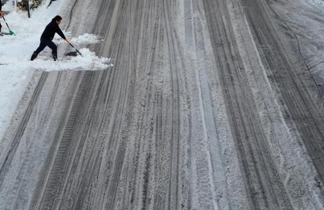 Cơ quan khí tượng Nhật Bản dự báo áp suất thấp và không khí lạnh thổi từ bờ biển ngoài đảo Honshu sẽ khiến nhiệt độ Tokyo tiếp tục giảm xuống và tuyết vẫn tiếp tục rơi cả ngày lẫn đêm.