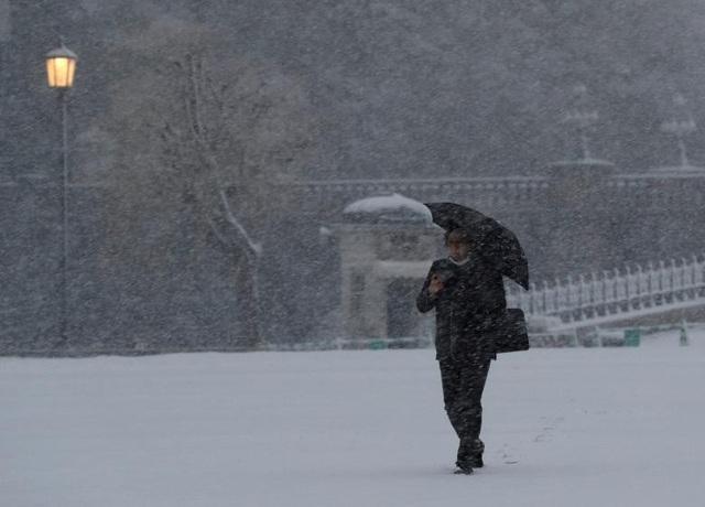 Đài NHK cho biết các trường đại học đã quyết định hủy các kỳ thi trong ngày hôm nay do thời tiết xấu. Công ty điện Tokyo cũng kêu gọi các hộ gia đình và các tập đoàn thực hiện chính sách tiết kiệm điện để đảm bảo đáp ứng đủ cho người dân trong lúc nhu cầu tiêu thụ điện tăng cao.