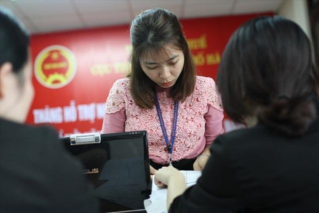 Người dân nộp thuế tại cơ quan thuế TP.Hà Nội. Ảnh: HẢI NGUYỄN