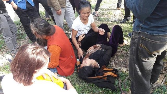 Người dân địa phương nhanh chóng hỗ trợ, cấp cứu người bị nạn ra khỏi xe.