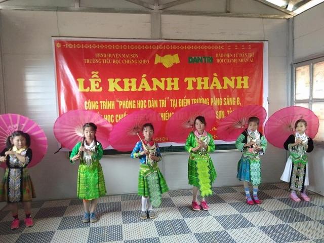 Các em học sinh vui tươi múa hát trong ngày khánh thành phòng học