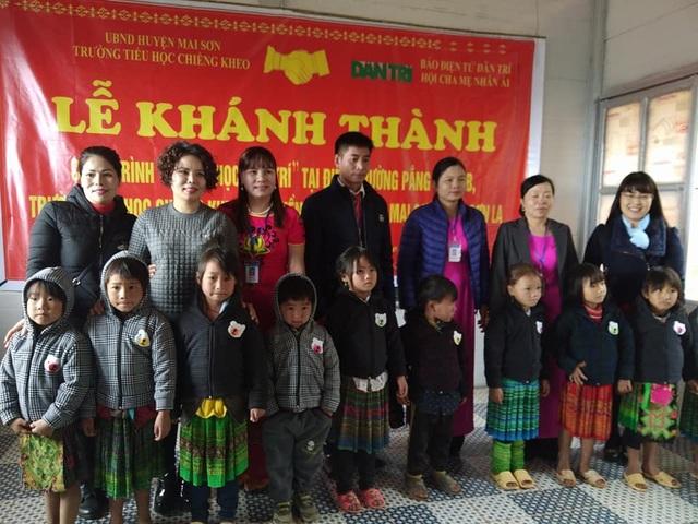 Hội cha mẹ Nhân ái tặng 100 bộ áo ấm đến các em học sinh