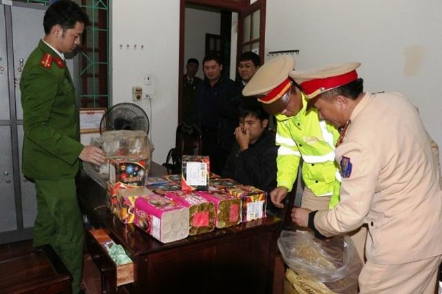 Lực lượng chức năng Hà Tĩnh bắt 2 đối tượng vận chuyển 50kg pháo từ Quảng Bình ra Hà Tĩnh tiêu thụ (Ảnh: Công an Hà Tĩnh)